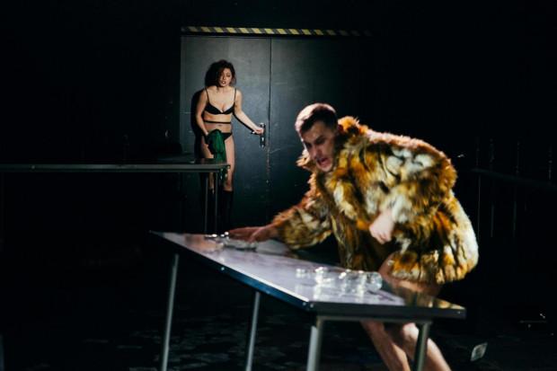 """Nagości nie brakuje również w """"Kreacji"""" w reżyserii Jarosława Tumidajskiego. Główny bohater, Nikt (Marcin Miodek) porusza się zupełnie nago tuż obok widzów."""
