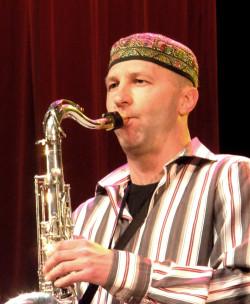 """Lider """"afrykańskiego"""" projektu trójmiejskich jazzmanów, Wojciech Staroniewicz."""