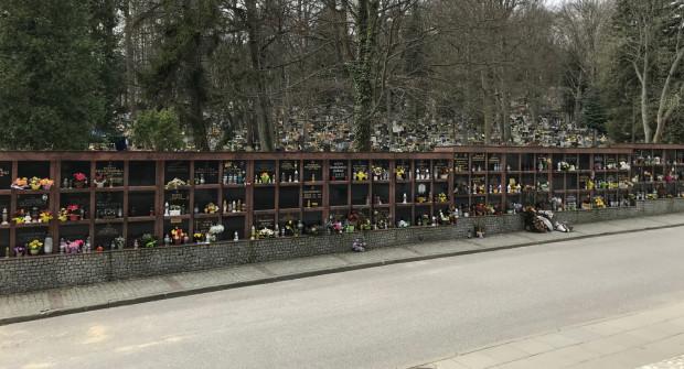Na cmentarzach w Trójmieście wiele nisz pozostaje pustych. Inwestycje w nowe kolumbaria mają zaprocentować w przyszłości.
