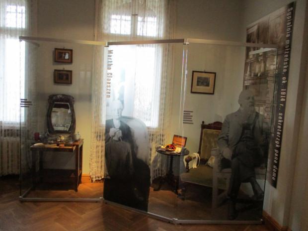 """Wystawa """"Jak sobie pościelesz, tak się wyśpisz. Rekonstrukcja sypialni z początku XX w."""" Muzeum Sopotu."""