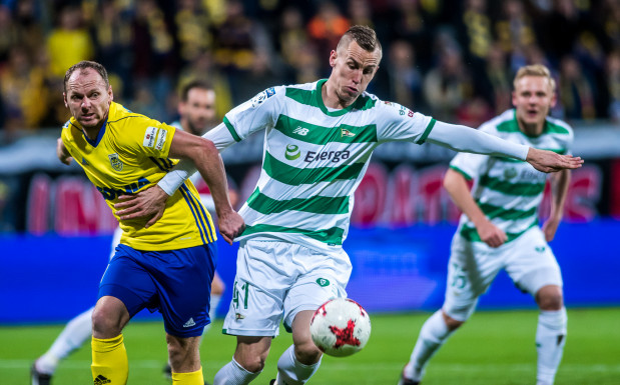 Rafał Siemaszko analizuje dwa spotkania derbowe Arki Gdynia z Lechią Gdańsk w tym sezonie i mówi o nadziejach związanych z piątkowym meczem. Na zdjęciu w pojedynku z Pawłem Stolarskim.