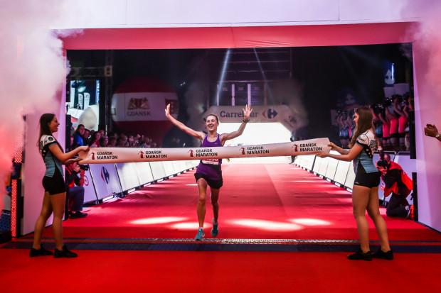 Najszybsza wśród pań - Justyna Śliwiak z Warszawy - wbiega na metę w hali AmberExpo.