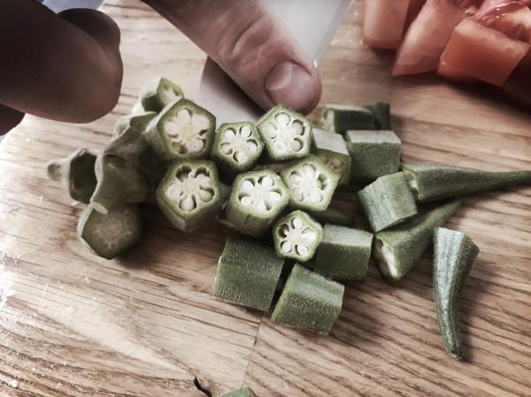 Okra wygląda jak zielone chili. Jeżeli chodzi o smak, to przypomina mieszankę fasolki szparagowej i bakłażana. Brzmi ciekawie, a jeszcze bardziej zaskoczy po przekrojeniu.