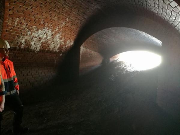 Tunele we wnętrzu odkrytego obiektu.