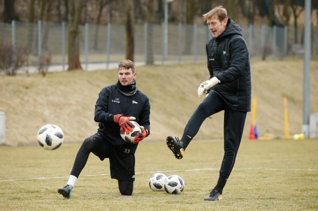 Jarosław Bako (z prawej) stanowi zgrany zespół z trenerem Piotrem Stokowcem. Lechia to czwarty klub, w którym współpracują. Szkoleniowiec bramkarzy szykuje teraz Olivera Zelenikę (z lewej) na poniedziałkowy mecz z Cracovią, w którym zastąpi on pauzującego Dusana Kuciaka.