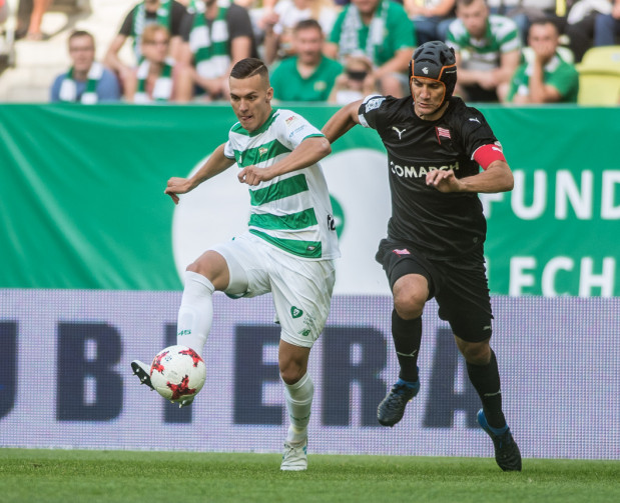 Lukas Haraslin bez żadnych obaw podejdzie do meczu z Cracovią, mimo że 22 lipca ubiegłego roku właśnie w pojedynku z tym rywalem doznał kontuzji kolana, która wyeliminowała go z gry na 8 miesięcy. Na zdjęciu skrzydłowy Lechii Gdańsk w pojedynku z Miroslavem Covilo.  Miroslav Covilo