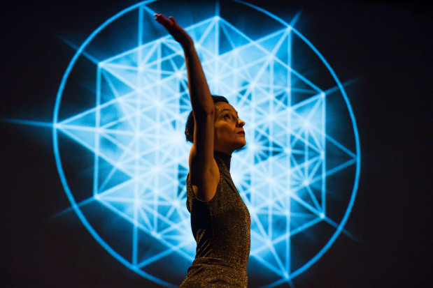 W roli absolutu-cyrkla tańczy Joanna Czajkowska.