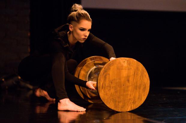Kluczowym elementem scenografii jest wielka klepsydra, odmierzająca czas od początku do końca przedstawienia. Na zdjęciu w rękach Kamili Maik.