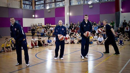 Koszykarskie ćwiczenia prezentują (od lewej): Przemysław Zamojski, Krzysztof Szubarga i Mateusz Kostrzewski.