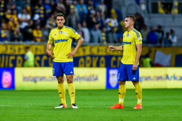 Damian Zbozień (z lewej), który po raz pierwszy był kapitanem Arki Gdynia oraz Marcin Warcholak w meczu z Sandecją Nowy Sącz strzelili samobójcze gole i przesądzili o porażce żółto-niebieskich.