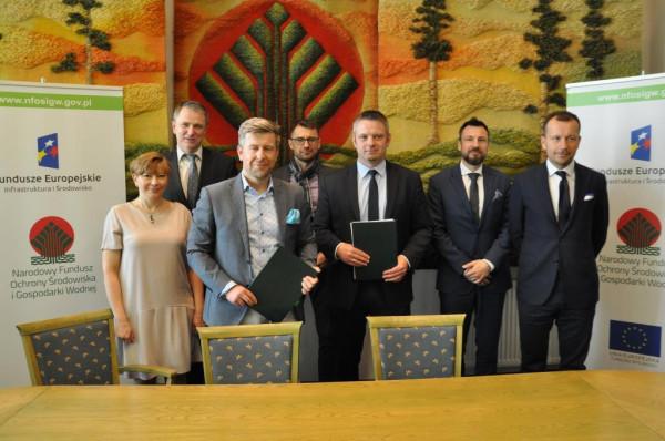 Podpisanie umowy na dofinansowanie budowy spalarni. Gdańsk reprezentował Bartosz Piotrusiewicz (drugi z lewej w pierwszym rzędzie), prezes miejskiej spółki Port Czystej Energii oraz Michał Dzioba, prezes ZUT (z prawej).