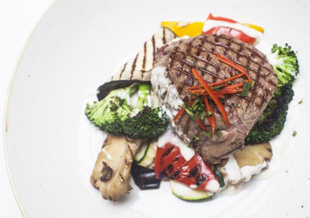 Nowe menu restauracja Radisson Blu Hotel postanowiła zainaugurować zupełnie inaczej niż dotychczas: łącząc w jedną specjalną kartę najpopularniejsze dania z poprzedniego sezonu z potrawami z premierowego menu. Co więcej, każda pozycja będzie objęta 50 proc. rabatem. Na zdjęciu: stek z polędwicy wołowej.