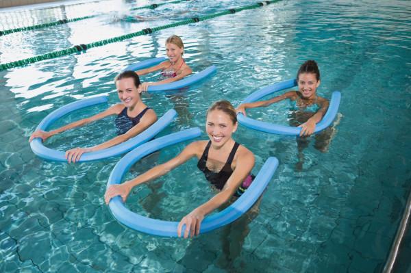 Podczas aqua aerobiku korzysta się m.in. z makaronów.