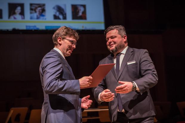 Oprócz niego z rąk wicemarszałka Pawła Orłowskiego (po prawej) Pomorską Nagrodę Artystyczną odebrał też Andrzej Szadejko.