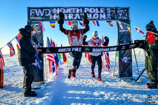 Joanna Mędraś wraz z mężem wbiega na metę North Pole Marathon