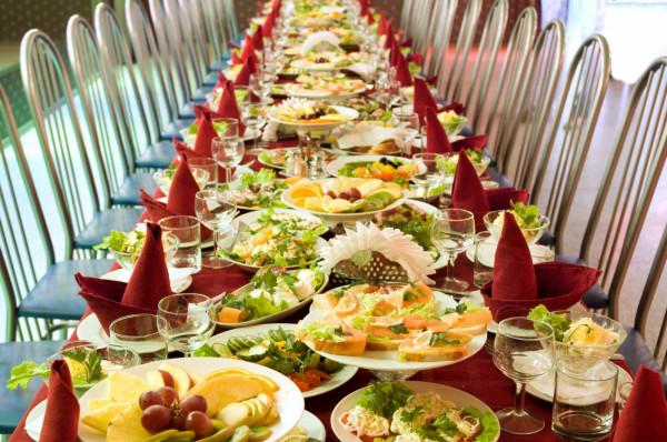 Choć wiele osób nadal nie wyobraża sobie przyjęcia bez rosołu, schabowego i stołów uginających się pod nadmiarem jedzenia, rodzice dzieci komunijnych coraz częściej decydują się na skromniejszą opcję, a więc menu obiadowe proponowane przez restauracje.