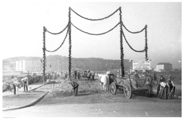 Widok wozu ciągniętego przez konia był czymś naturalnym na ulicach przedwojennej Gdyni.
