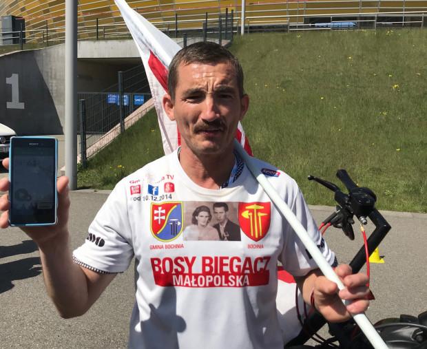 Paweł Mej, chwilę po ustanowieniu rekordu. Na telefonie widnieje czas 24 godziny i pokonany dystans 94,4 km.