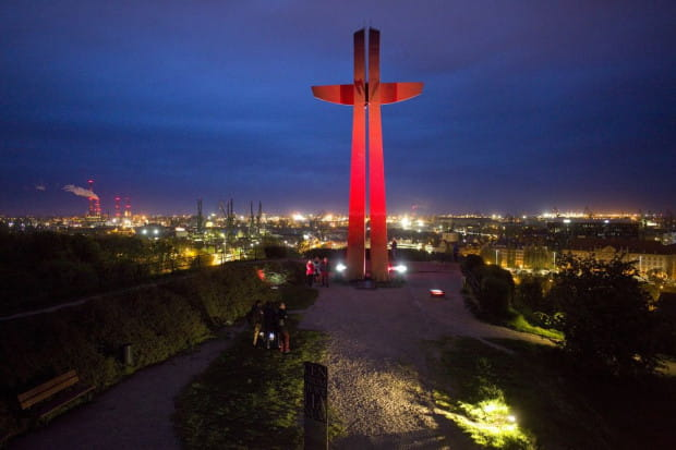 Podświetlony Krzyż Milenijny na Górze Gradowej w Gdańsku.