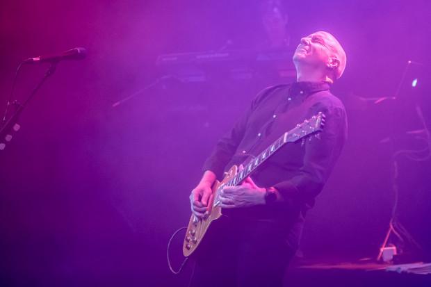 Lider Ultravox zaprezentował gitarowe wersje swoich przebojów, co tłumnie zebranej publiczności raczej nie przeszkadzało.