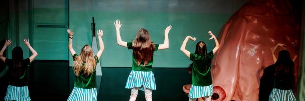 """Spektakl """"Dziewczynki"""" warszawskiej teatrgalerii Studio poświęcono młodym kobietom, które chowane są w dyktacie tego, co dziewczynkom wypada, a co nie wypada. Spektakl zobaczyć można w Teatrze Szekspirowskim 25 maja."""