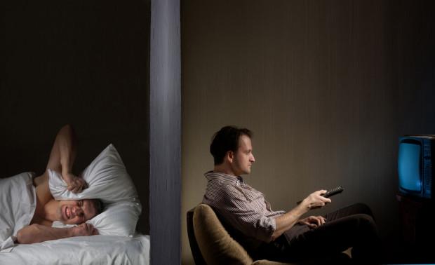 Zakłócanie spoczynku nocnego jest jednym z najczęstszych powodów konfliktów sąsiedzkich.