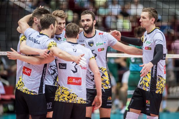 Od prawej: Damian Schulz, Mateusz Mika oraz Artur Szalpuk żegnają się w dobrych nastrojach z kolegami z drużyny, jak i z klubem.