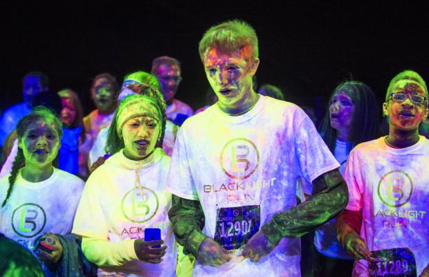 Biegacze będą świecić kolorami podczas nocnego UV ColoRun.