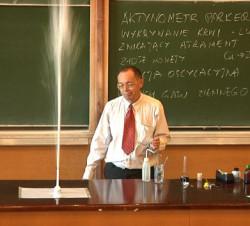 Dr Tomasz Pluciński podczas jednego z eksperymentów.