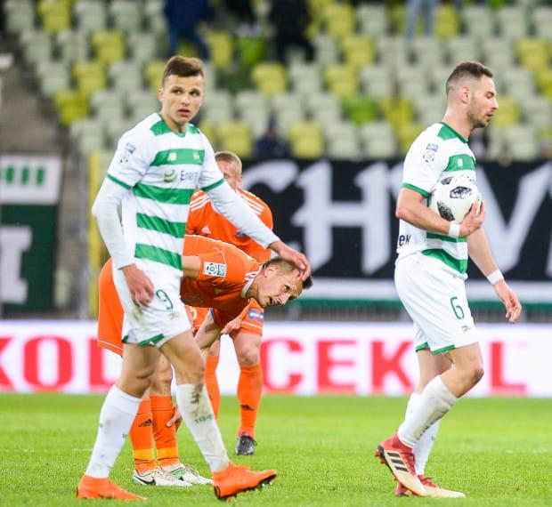 Piłkarze Lechii Gdańsk kwestię utrzymania mają we własnych rękach. Na zdjęciu Simeon Sławczew (nr 6) i Patryk Lipski (9).