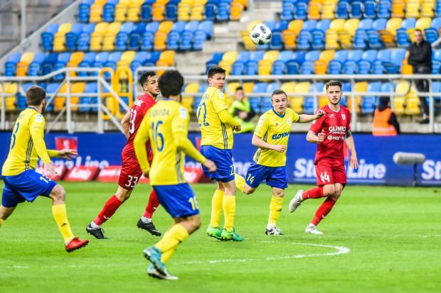 Z dwóch napastników zatrudnionych zimą Arka Gdynia skorzystała z opcji przedłużenia kontraktu z Maciejem Jankowskim (nr 22). To zapewne oznacza koniec przygody z żółto-niebieskimi dla Enrique Esquedy (nr 16).