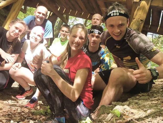 Adam Zagórski (z prawej) swoją energią zaraża innych podczas bezpłatnych treningów w plenerze. Wytrawnych biegaczy co sobotę zaprasza do Teatru Leśnego na Jaśkowej Dolinie, a początkujących co niedzielę na molo w Brzeźnie.