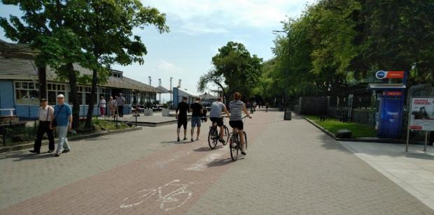 Nawet w dni powszednie i w godzinach pracy na bulwarze jest sporo pieszych i rowerzystów. A im bliżej lata, tym ich liczba będzie rosła.