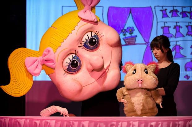 """Chomiczek Oskar trafi w """"troskliwe"""" ręce kilkuletniej Elwirki, która... traktuje go jak zabawkę. Od tego zaczyna się """"Z pamiętnika chomika"""" Teatru Miniatura."""