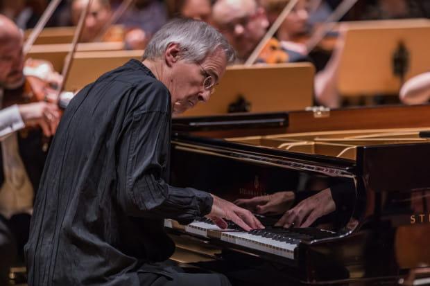 Christian Zacharias jest nie tylko wybitnym dyrygentem, ale i pianistą. Jego unikatowa interpretacja Koncertu f -moll Fryderyka Chopina oczarowała słuchaczy.