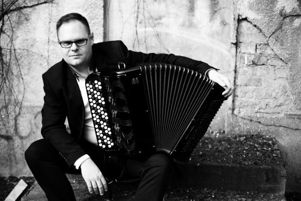 Paweł A. Nowak przyznaje, że początki gry na akordeonie łatwe nie były, jednak z czasem instrument ten stał się jego pasją, a gra na nim sposobem na życie.