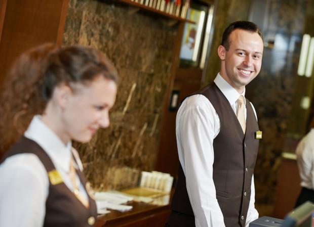 W sezonie hotele bardzo często potrzebują dodatkowych recepcjonistów.