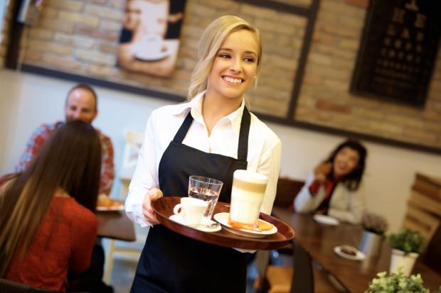 Dużym plusem pracy w gastronomii są napiwki od gości.