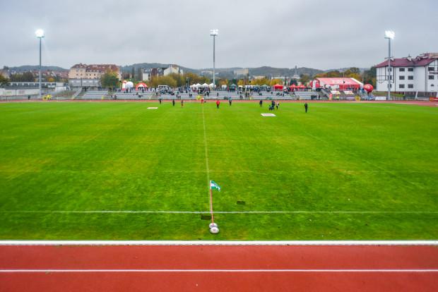 Stadion do lekkoatletyki i rugby po modernizacji istnieje niespełna dwa lata. Są kontrowersje dotyczące zasad dostępności obiektu, a zwłaszcza tartanowej bieżni dla biegaczy amatorów.