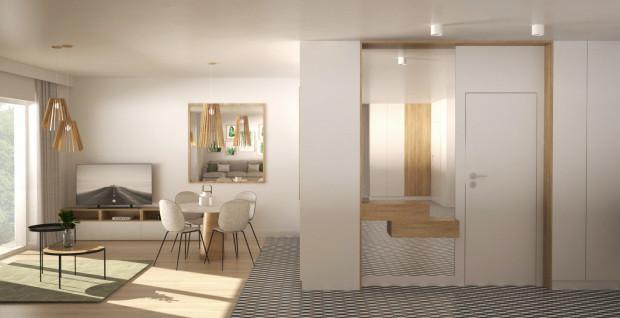 Do sypialni wchodzi się z korytarza. Obok drzwi zaplanowane zostało duże lustro, które optycznie powiększa przestrzeń.