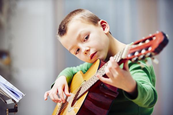 Nauka gry na gitarze, obok skrzypiec, fortepianu czy fletu, od lat cieszy się niesłabnącą popularnością.