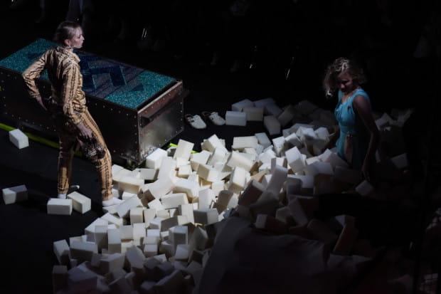 """Spektakl """"Puppenhaus. Kuracja"""" Magdy Fertacz w reżyserii Jędrzeja Piaskowskiego z TR Warszawa dostał Grand Prix Festiwalu R@Port."""