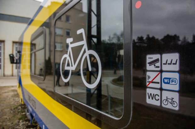 Poza wprowadzeniem opłat przedstawiciele PKM zapowiadają także zwiększenie liczby wieszaków na rowery w pociągach.