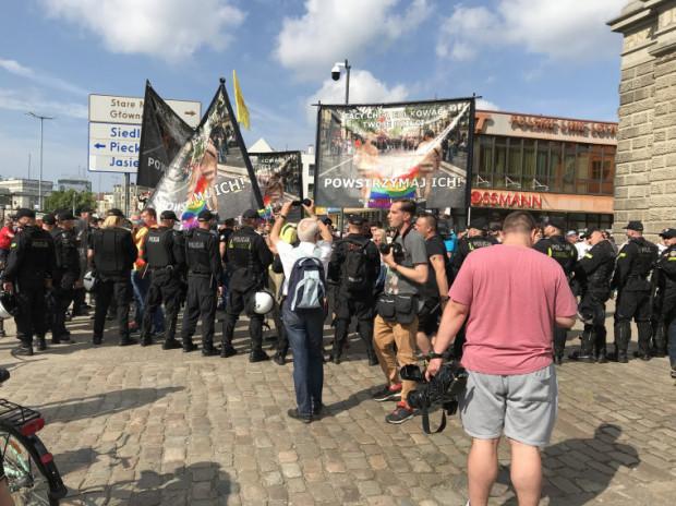 Kilkudziesięcioosobowa kontrmanifestacja.