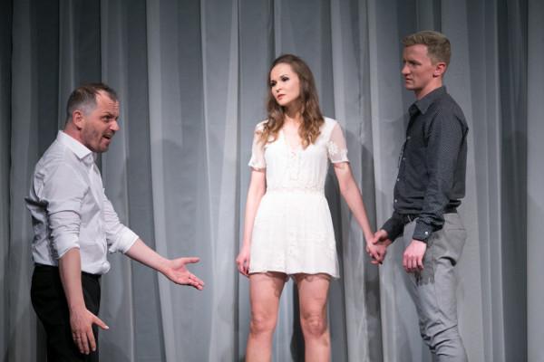 Ojciec stara się wejść w relację między Synem (Maciej Wizner) a jego Dziewczyną (Agnieszka Bała), by sprowokować Syna i zbliżyć się do niego.