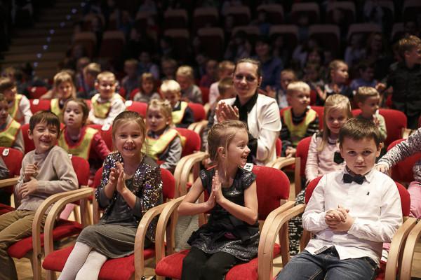 Dzieci najbardziej cenią sobie czas spędzony z najbliższymi. Można zatem połączyć przyjemne z pożytecznym i całą rodziną, w ramach prezentu z okazji Dnia Dziecka, wybrać się na koncert familijny.