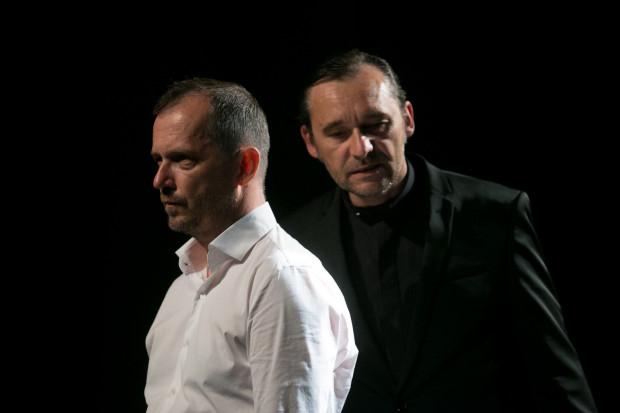 """Ojciec (Dariusz Szymaniak) przerażony widmem utraty władzy jedyne """"ukojenie"""" znajduje w rozmowach z wyimaginowanym Cieniem Sofoklesa (Grzegorz Wolf, po prawej)."""