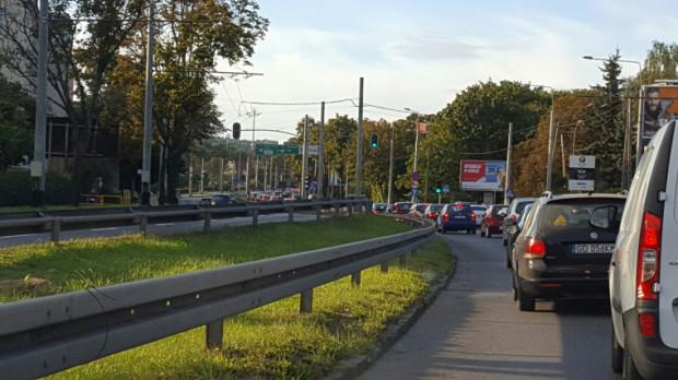 Hałas w Gdyni można zmniejszyć poprzez inwestycje w ułatwienia dla transportu zbiorowego i rowerowego oraz ograniczenia ruchu samochodów - twierdzą twórcy mapy akustycznej. Czy urzędnicy ich posłuchają?