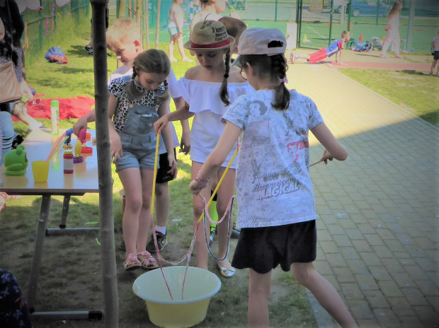 Robienie baniek mydlanych, zabawy sportowe czy konkurs talentów to jedne z wielu atrakcji, jakie przygotowano dla najmłodszych podczas festynu z okazji Dnia Dziecka.