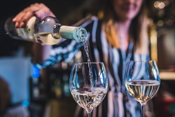 """W sobotni wieczór w Villi Eva odbyła się pierwsza edycja wydarzenia zatytułowanego """"Wina dajcie"""". Założeniem organizatorów jest organizacja spotkań w niezobowiązującej atmosferze i degustacja wysokiej jakości win z całego świata."""